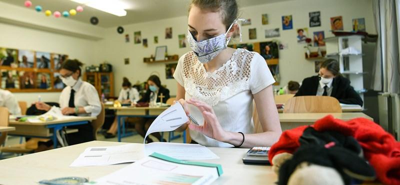 Minden órán maszkban - tényleg ez lenne a megoldás, amíg nem lesznek védettek a tanárok?
