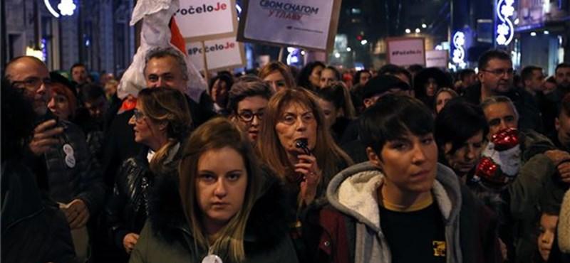Belgrádban 25 ezres kormányellenes tüntetések vannak