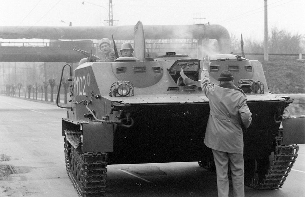 fortepan. Temesvár 1989, román forradalom - Calea Alexandru Ioan Cuza, Btr-50PU típusú lövészpáncélos jármű. Romániai forradalom.