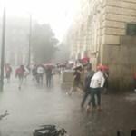 Ömlő esőben menekülnek a tüntetők