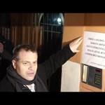 Videó: Rendőrökkel vitetné el Rogánt Juhász Péter