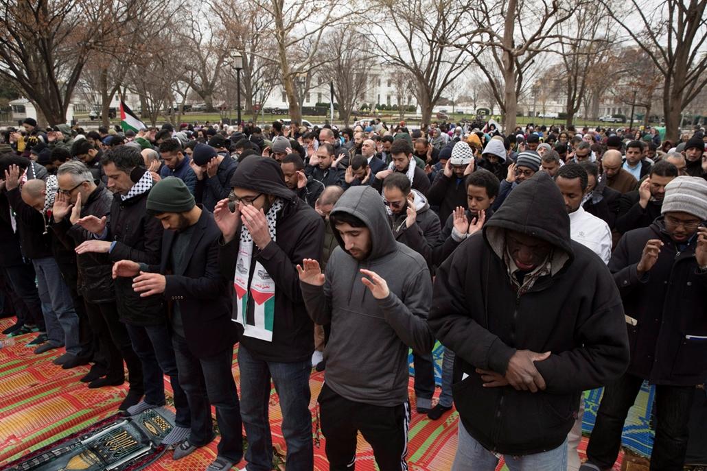 epa.17.12.08. - Muszlim férfiak imádkoznak egy palesztin szimpátiatüntetésen a washingtoni Fehér Háznál