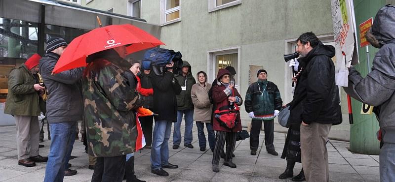 Fotók: tüntettek a közmédia épületei előtt az éhségsztrájkolók