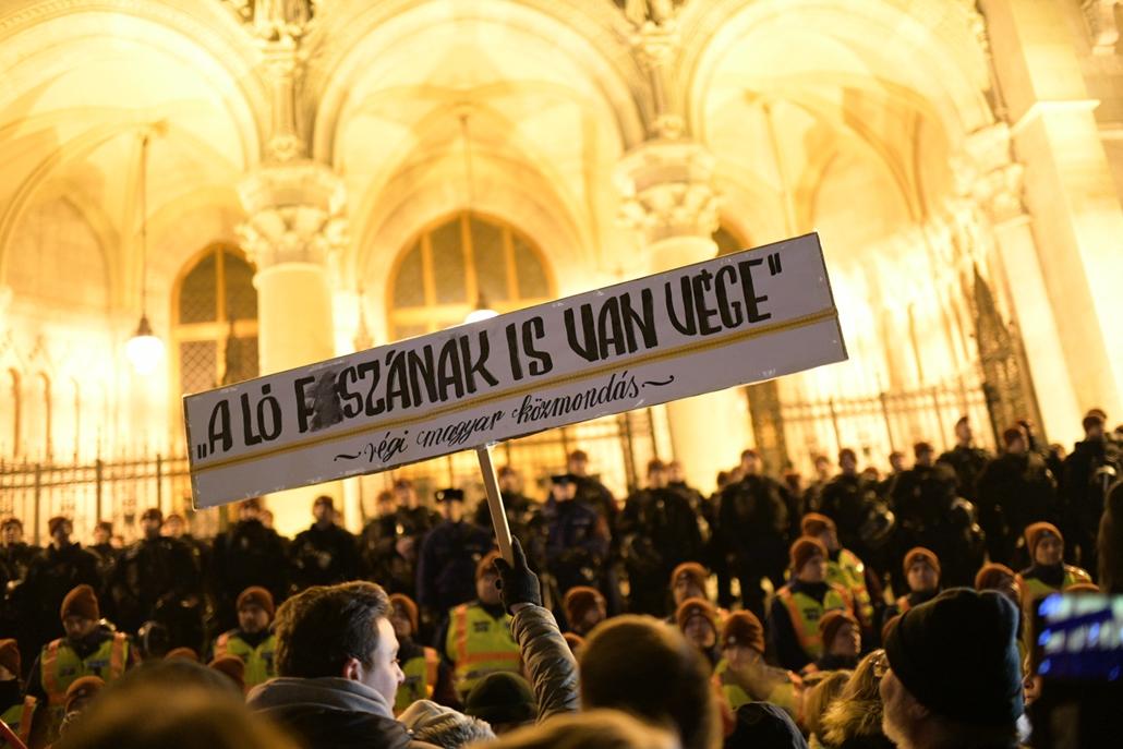 faz.18.12.12. rabszolgatörvény tüntetés kossuth tér