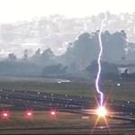 Levideózták a pillanatot, amikor belecsapott a villám a repülőtérbe