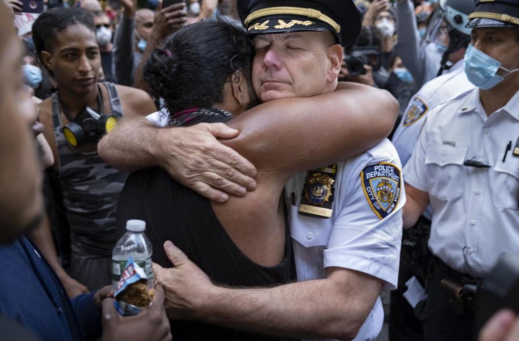 !AP! Nagyítás !AP! mri.20.07.01ig! mti.20.06.02.  Terence Monahan New York-i rendőrfőnök megölel a George Floyd fekete bőrű férfi halála miatt tiltakozó tüntetőt New Yorkban 2020. június 1-jén George Floyd tüntetés