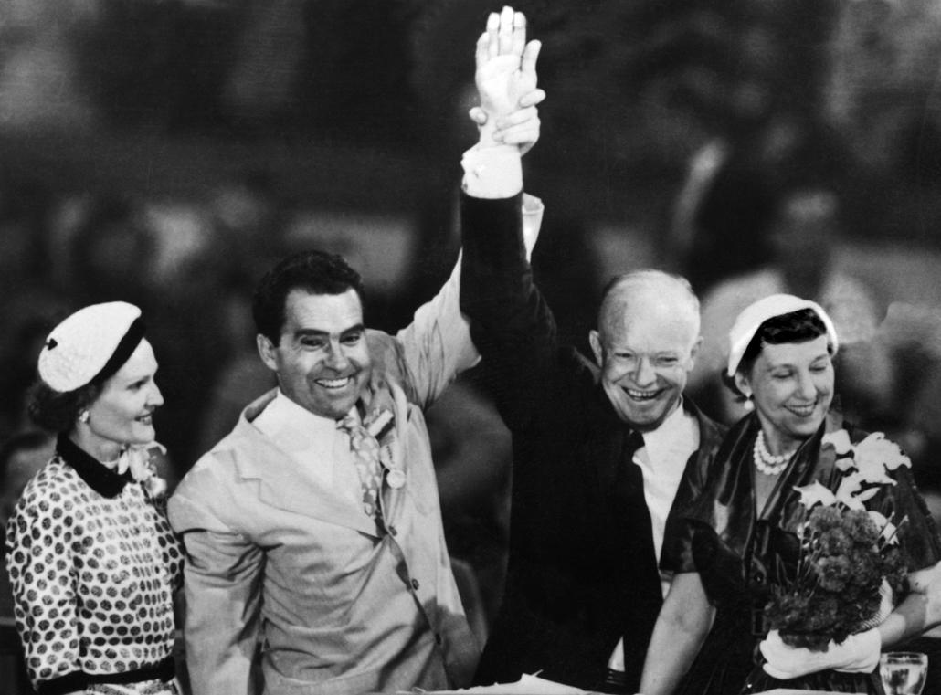 1952.07.12. - Richard Nixon és Dwight D. Eisenhower feleségeik társaságában érkeznek a demokraták konvenciójára - Nixonnagyitas