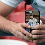 Íme az elfogulatlan sportriporter, aki puszilkodva búcsúzik Messitől – videó
