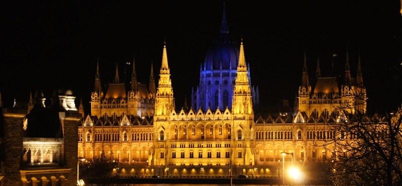 Autizmus világnapja: Kékbe borult a salgói vár és Parlament kupolája - fotó