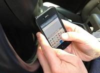 Tankolták a kis Smartot, amikor arrébb lökte egy mobilozó sofőr autója – videó