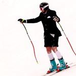 Öltönyben, térdnadrágban és hóesésben síelt utolsó versenyén - fotó