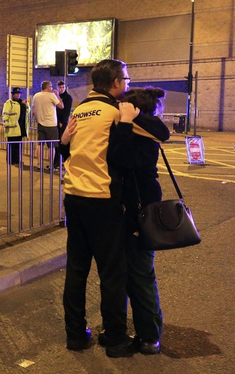 AP! Jun 05ig .17.05.23. - Manchesteri terrotámadás -Egy pár a Manchester Arenánál 2017. május 22-én, miután az este, Ariana Grande amerikai énekesnő koncertjének végén robbanás történt a manchesteri rendezvényközpont bejárati csarnokában. Tizenkilenc embe