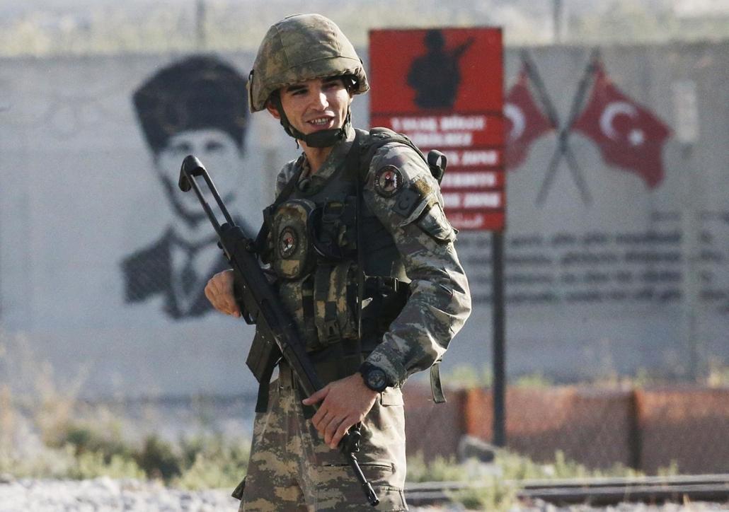 !!AP!! 2019.11.10ig!! mti.19.10.09. Török katona a Szíriával közös határnál, a délkelet-törökországi Sanliurfa tartomány Akcakale településénél 2019. október 9-én. Ezen a napon megkezdődött a török hadsereg és szíriai szövetséges milíciája közös, a Béke F