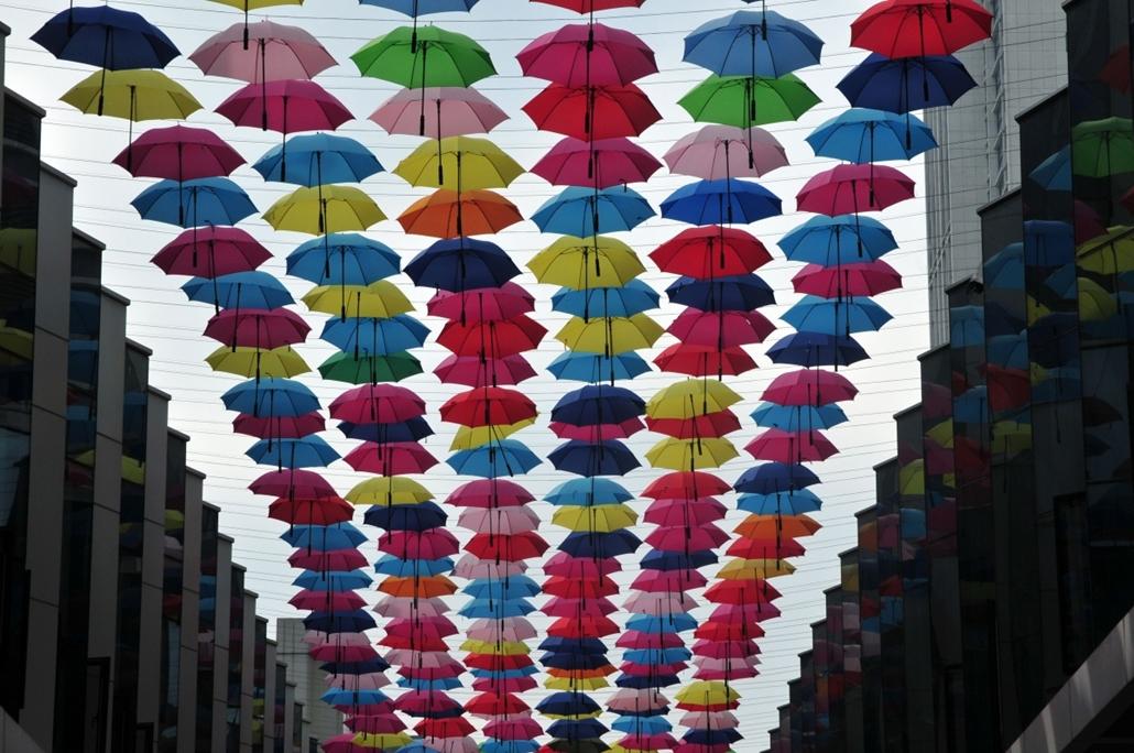 afp. nagyításhoz - esernyő - eső, időjárás, zivatar, vihar, Foochow, Kína, utcai dekoráció