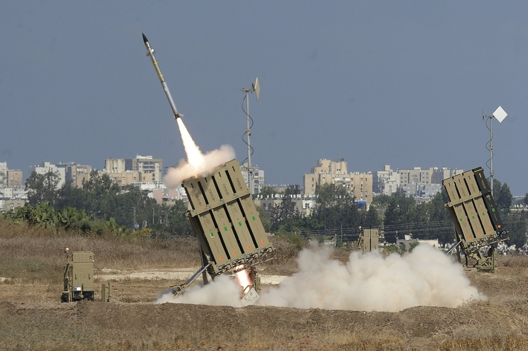 """afp. Izrael légitámadás 2014.07.09. Ashdod A missile is launched by an """"Iron Dome"""" battery, a short-range missile defence system designed to intercept and destroy incoming short-range rockets and artillery shells, on July 9, 2014 in the southern Israeli c"""