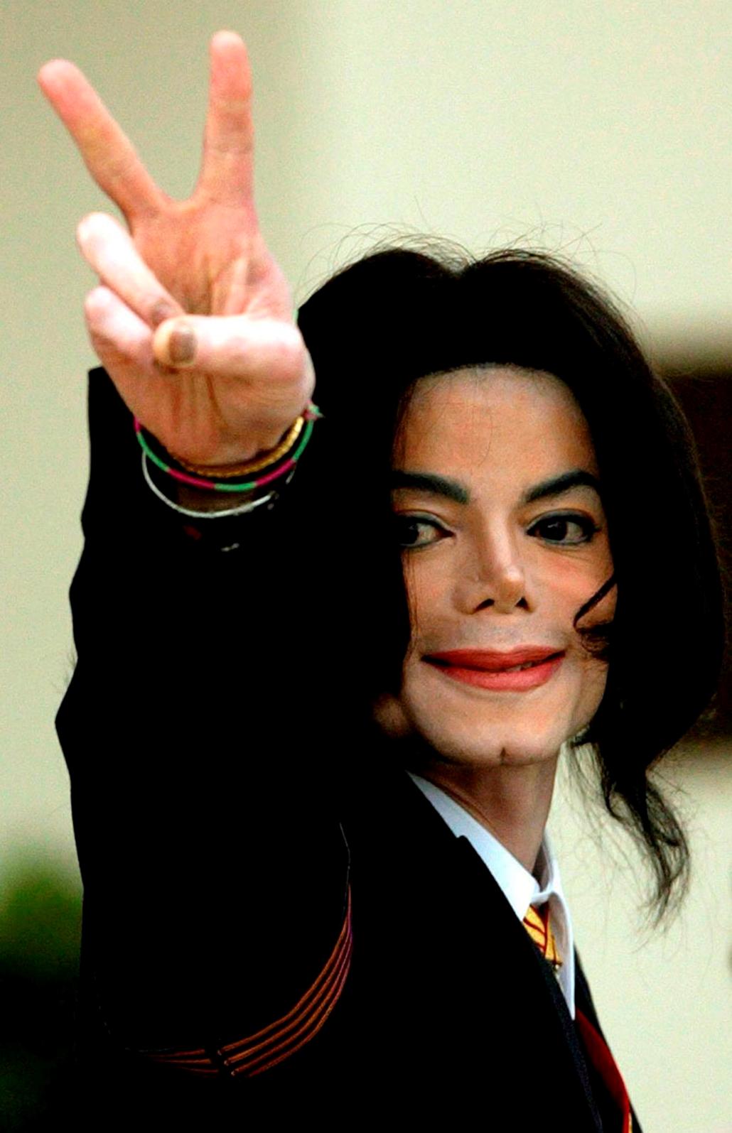 Michael Jackson tárgyalására megérkezvén rá várakozó rajongóit köszönti a kaliforniai Santa Mariában 2005. március 1-jén.