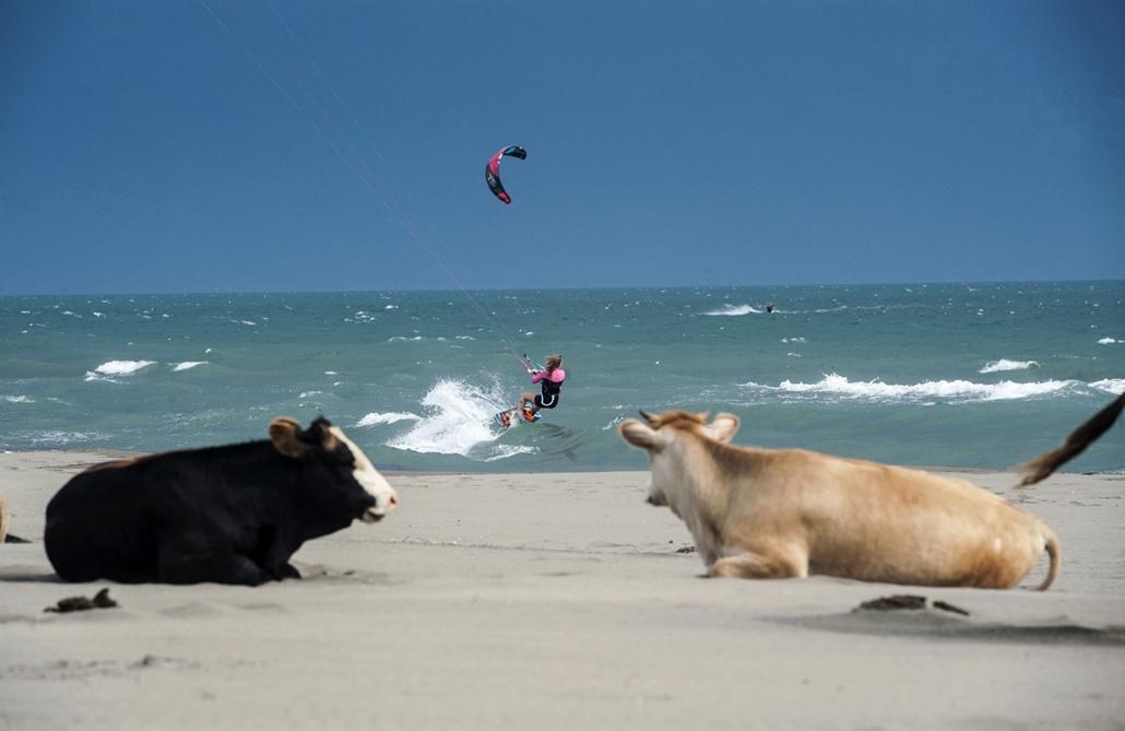 afp.15.05.19. - Ulcinj, Montenegró: Kite-szörfös a montenegrói Ulcinj tengerpartján - 7képei