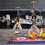 Fotó: 2 éve halt meg Kim Dzsong Il, a fia képét égetik Dél-Koreában