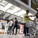 Mészáros Lőrinc vizét osztogatják a pályaudvarokon