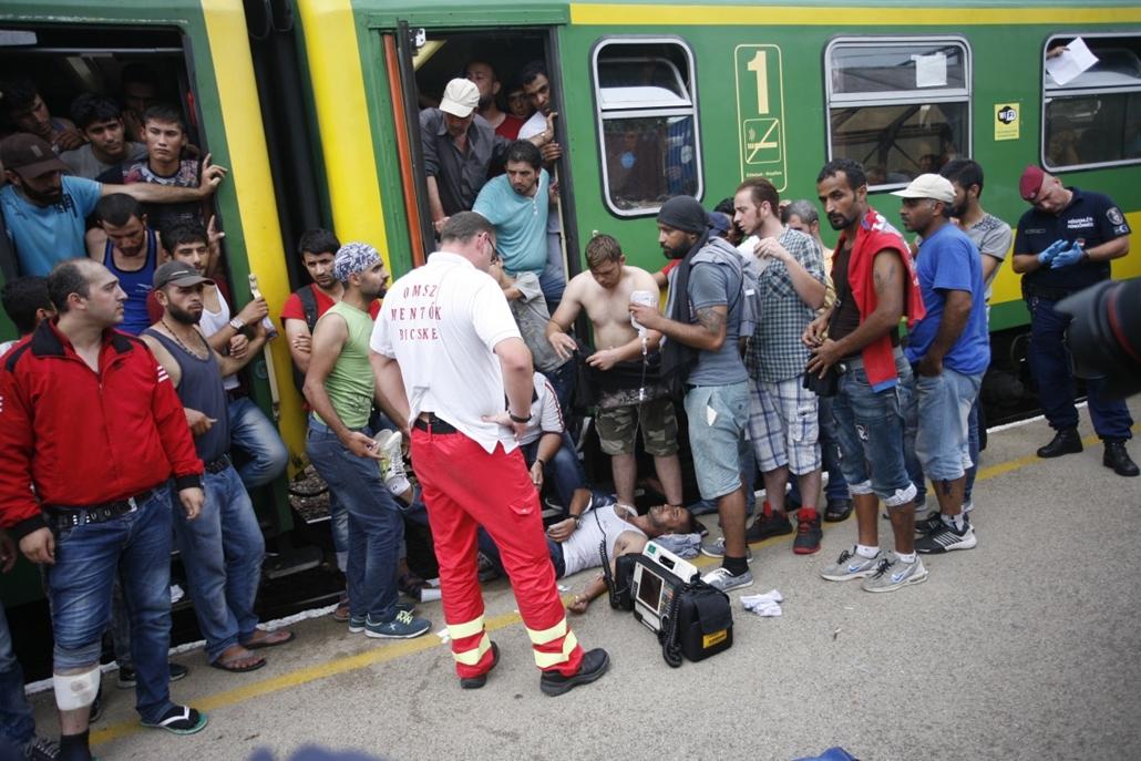 fm.15.09.03. - Bicske: megállították a menekülteket szállító Sopronba tartó vonatot - nem jöttek le - bevándorló, bevándorlás, migráns, menekült
