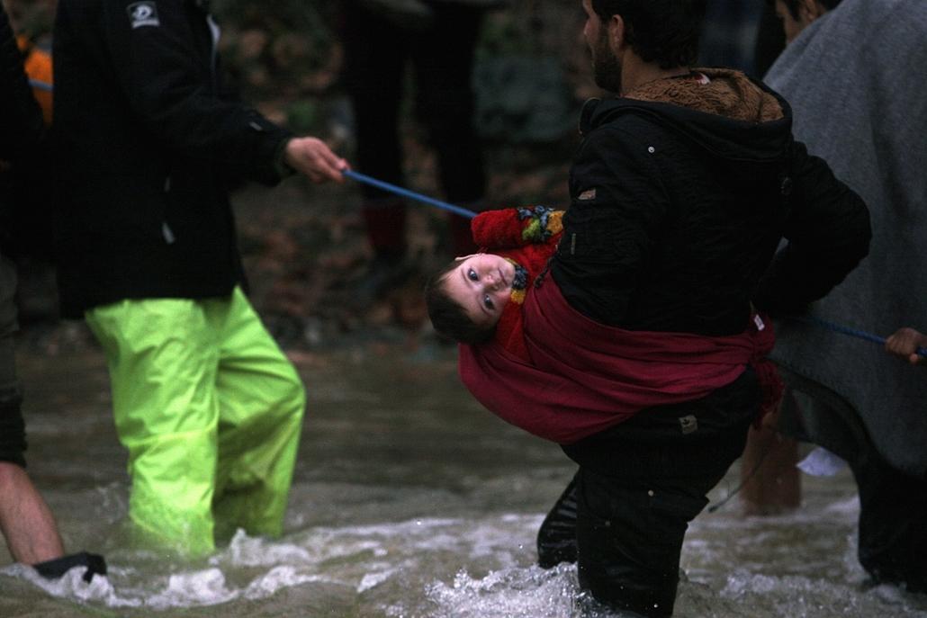 hét képei - afp.16.03.14. - Görögország, Idomeni - Macedónia, határ: migránsok kelnek át a folyón Görögországból Macedóniába a határ lezárása után