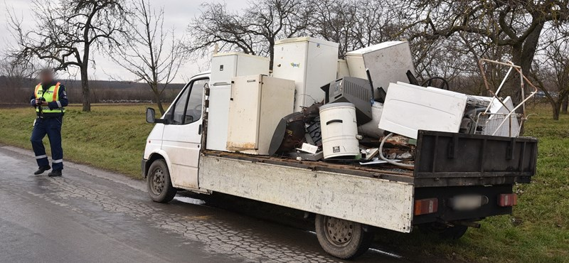 Kisteherautóról leszóródó lomok törtek össze egy autót
