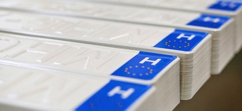 Egyelőre nem cserélik le a magyar rendszámokat