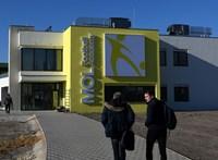 """""""Törődő odafigyelés"""": magyar állami pénzzel épült fociakadémiát adott át a magyar kormányfő"""