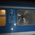 Terméskővel dobták be menet közben egy vonat ablakát
