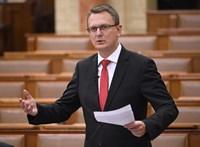 Rétvári Bencéből kibújt a poroszos pedagógus a parlamentben