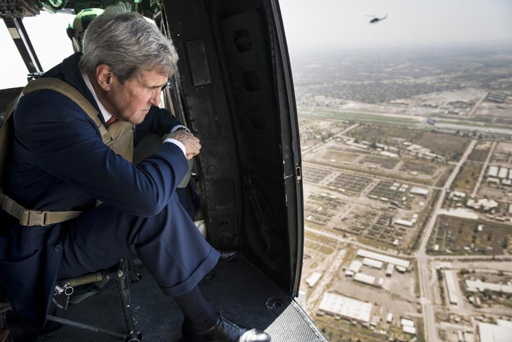 afp.14.09.10. - Bagdad, Irak: John Kerry amerikai külügyminiszter érkezése közel-keleti körútjának első állomására. - 7képei