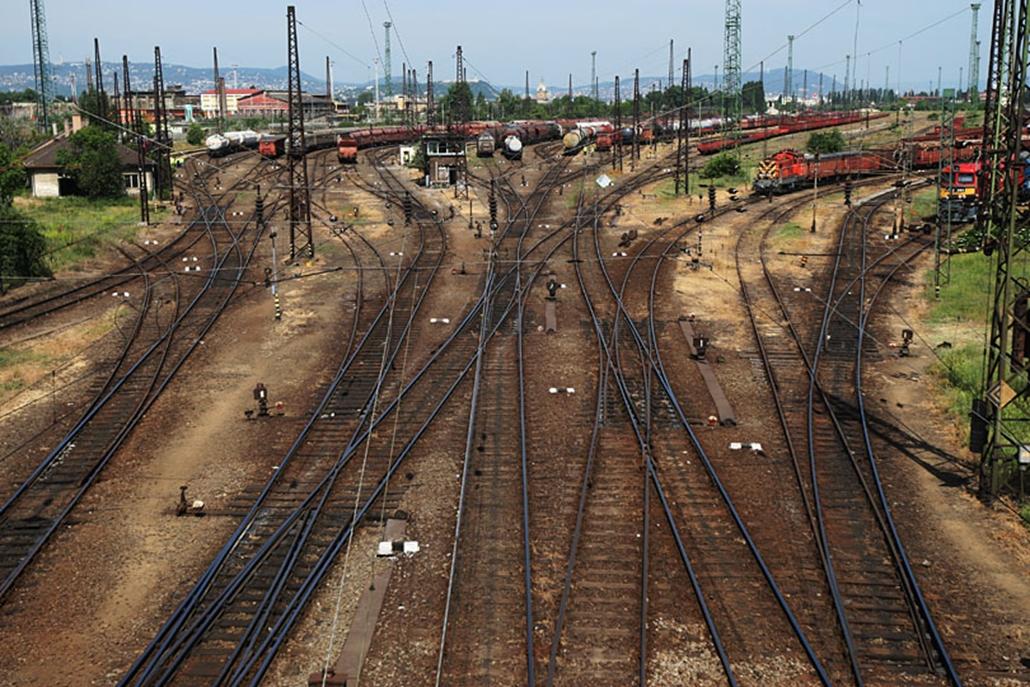A Könyves Kálmán körút és az Illatos út között terül el a vasút fellegvára