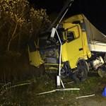 Ártérbe zuhant egy kamion egy Tisza-hídról - fotók