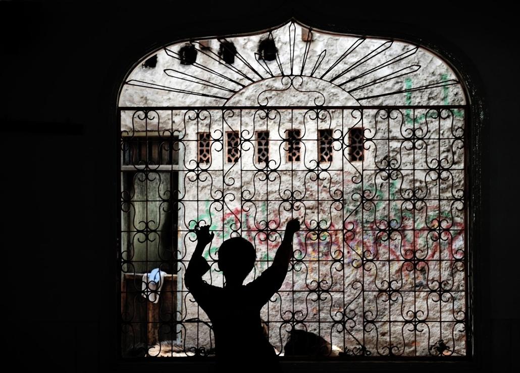 afp.09.11.27. Egy fiú egy mecset ablakában Jakartában.