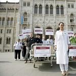 Az Oktogontól a Kossuth térig toltak egy kórházi ágyat