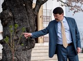 """""""Bábu vagy, János!"""" – Tüntetők fogadták Ádert, aki megtekintett egy pécsi fát"""