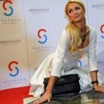 Paris Hilton letérdelt