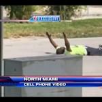 Most földön fekvő, feltartott kezű afroamerikaira lőttek a rendőrök