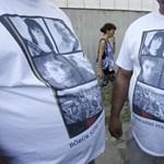 Fotó: pólóra nyomtatták a roma áldozatok képét