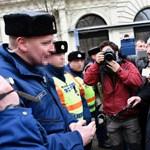 Rendőrök álltak Juhász Péterék útját az Alkotmány utcánál – videó