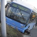 Fotók: Rendesen összetört a balesetet szenvedett 166-os busz