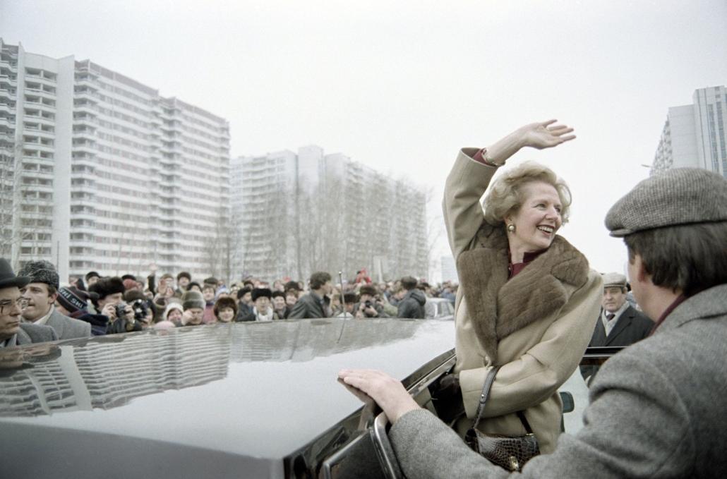 1987. március 29. - látogatás a Szovjetunióan: Margaret Thatcher köszönti a kíváncsi helyieket, akik tiszteletére gyűltek össze. - Margaret Thatcher