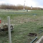 Kerítést építenek a velencei szabadstrandon a polgármester tiltása ellenére