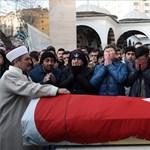 Isztambuli terror - videón az önfeledt ünneplés és a támadás is