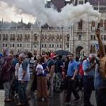 Kifulladt a kormányellenes tüntetéssorozat, és Orbán sem segít eddig rajtuk