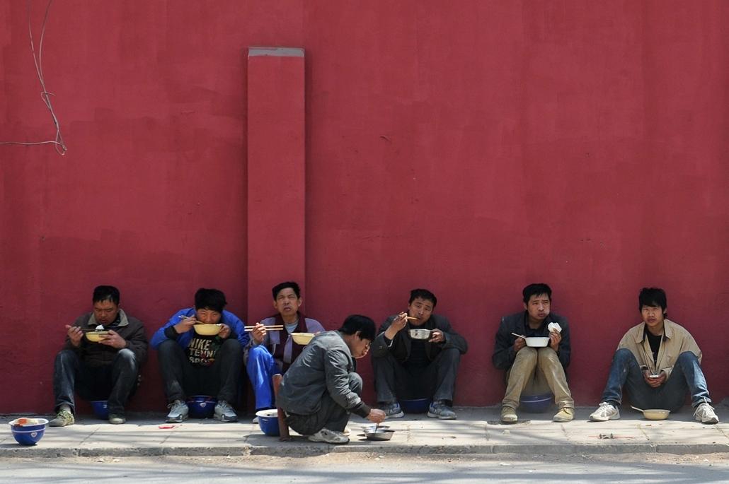 Kínai munkások ebédelmek Pekingben