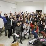 """Elit gimnáziumok diákjai távkorrepetálják hátrányos helyzetű társaikat – Eszter és Brigi """"tanulószobájában"""" jártunk"""