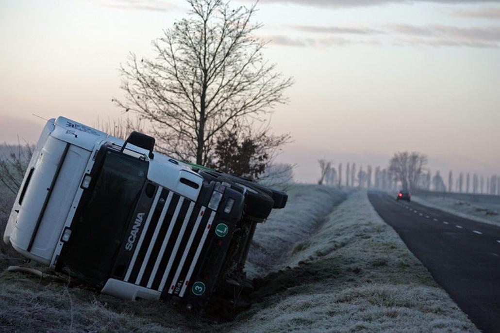 Oldalára borult kamion Balatonmagyaród közelében. A reggeli fagy következtében síkossá vált utakon több baleset is történt Zala megyében.