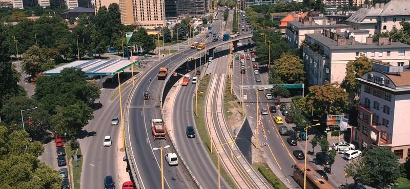 Busz és autó ütközött, lezárták a Hegyalja utat