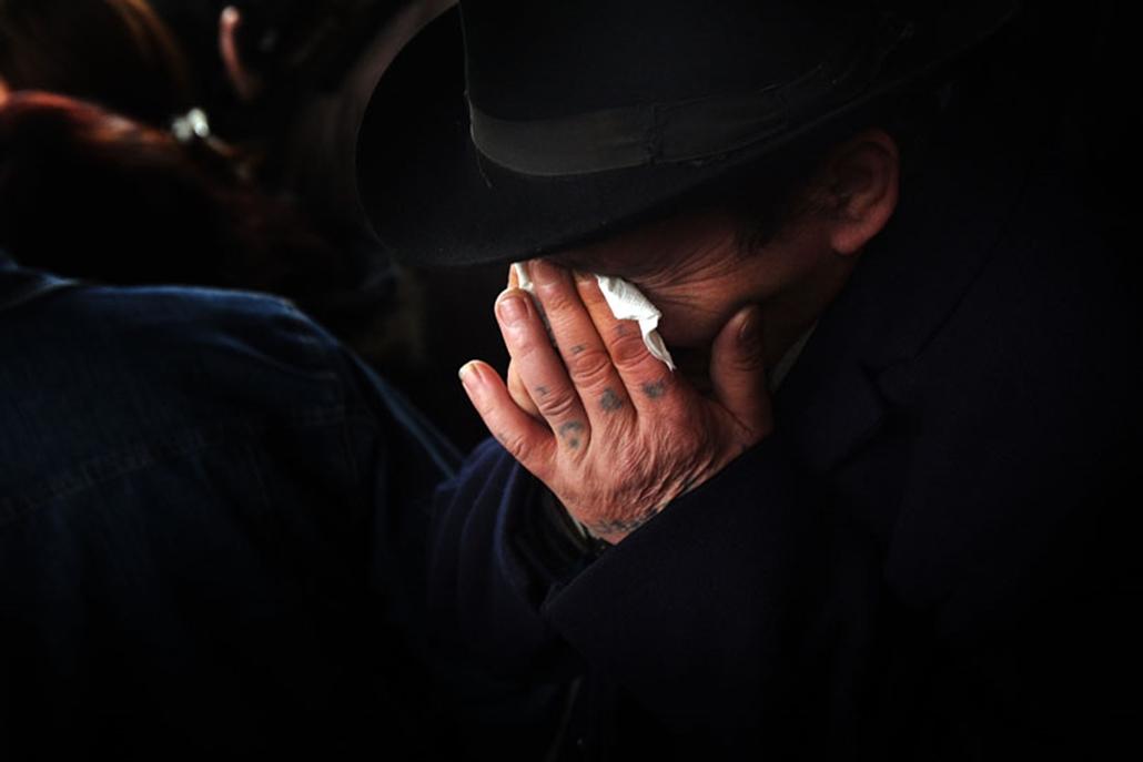 Cigány szokás szerint zeneszó kíséretében vettek végső búcsút a tatárszentgyörgyi brutális gyilkosság két áldozatától a helyi temetőben; a 27 éves apa és ötéves kisfia búcsúztatásán mintegy ötezren vettek részt.